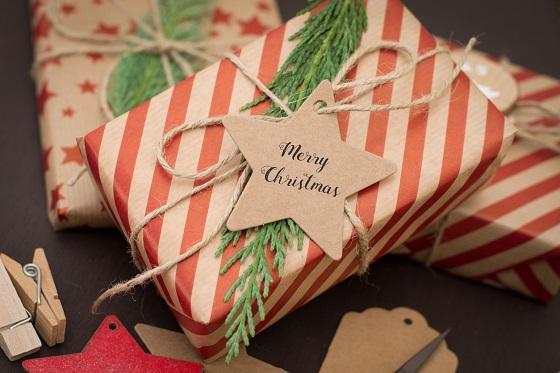 verpacktes geschenk mit ausgeschnittenem herz