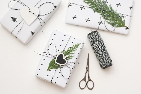 weißes geschenkpapier mit weihnachtlichen motiven und ausgeschnittenen herzen