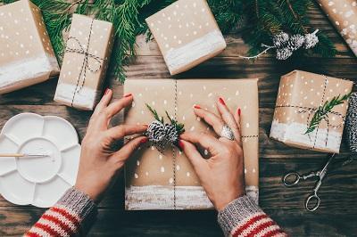 fünf bemalte geschenke auf holztisch