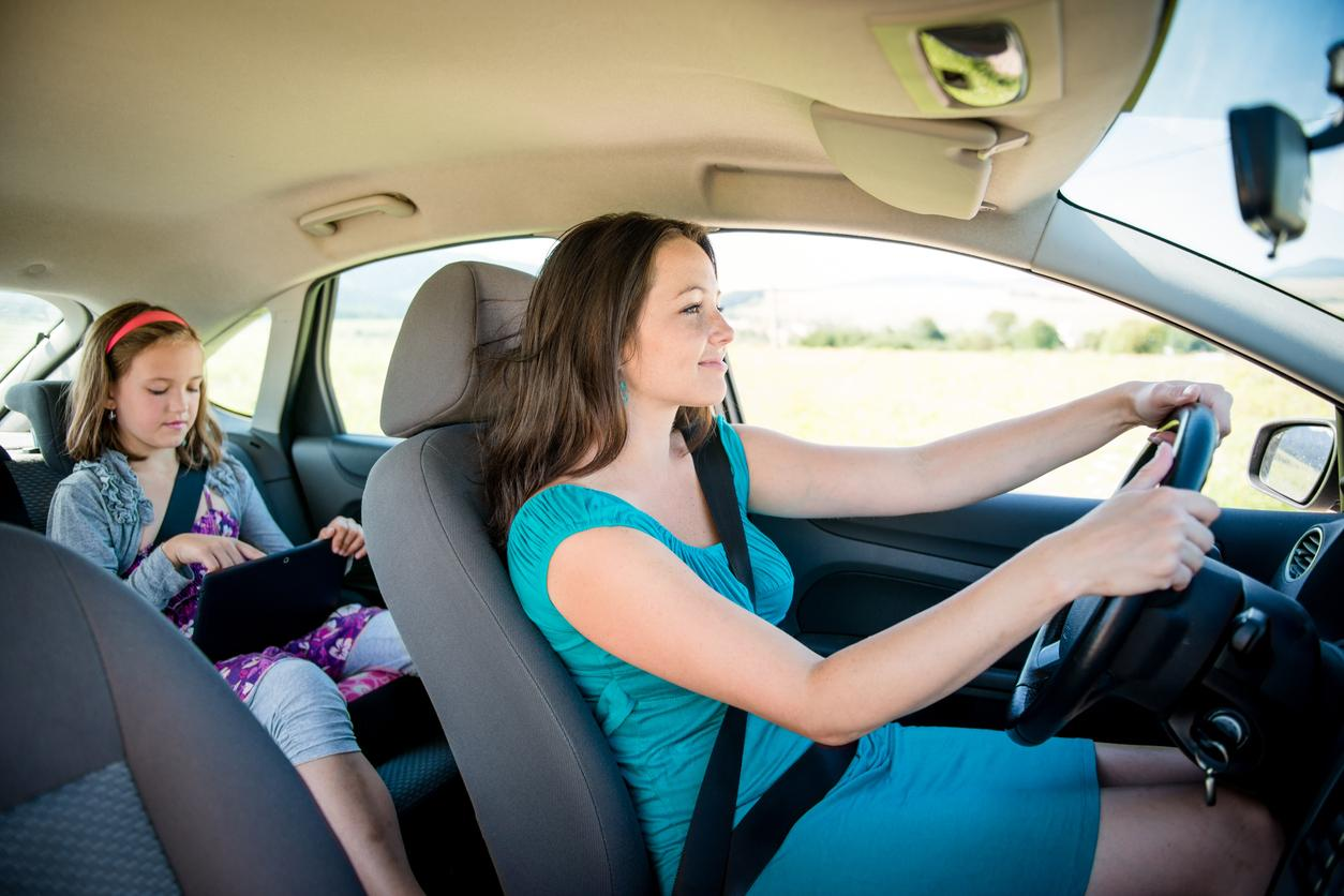 Mutter fährt mit Kind in ihrem Auto