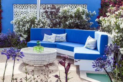 blau-weiße Sitzbank im Garten